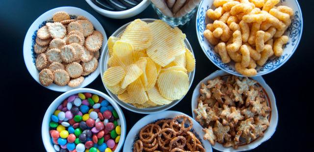 Thực phẩm chế biến sẵn là thủ phạm gây ra các triệu chứng đầy bụng, táo bón và tiêu chảy. Ảnh: Daily Health Post.