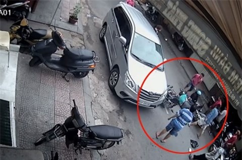 Mở cửa xe ôtô là một thao tác rất đơn giản, song lại tiềm ẩn nguy cơ gây tai nạn rất lớn cho người khác
