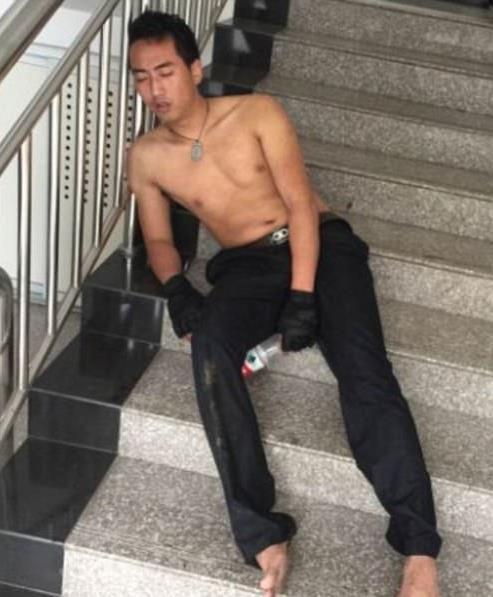 Hình ảnh của nam cảnh sát khiến nhiều người xúc động.
