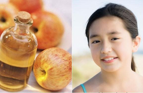 Rửa mặt bằng nước ấm và giấm táo đều đặn sẽ cải thiện được làn da xám xịt