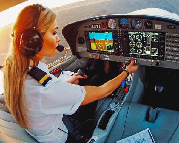 Cô mất 2 năm đào tạo khắc nghiệt để trở thành phi công.