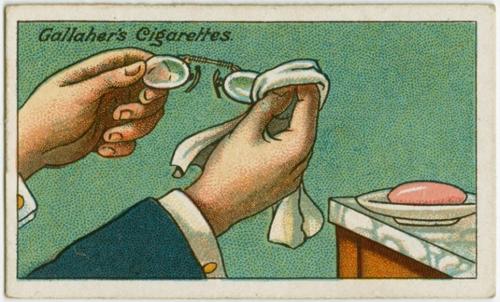 Kính hấp hơi là nỗi rắc rối với những người đang sống chung với nó. Nhưng nếu bạn lau kính hàng ngày với xà phòng và đánh bóng sau đó thì lâu dần trên kính sẽ có một lớp màng mỏng vô hình của xà phòng, có tác dụng ngăn kính hấp hơi.