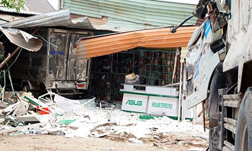 Cửa hàng điện thoại đổ sập sau khi bị 2 ôtô tông vào cùng lúc. Ảnh: Nguyệt Triều.