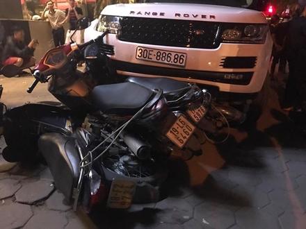 Chiếc xe Range Rover chỉ chịu dừng lại khi tông vào hàng loạt xe máy trên vỉa hè đường Hoàng Quốc Việt.