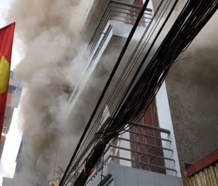 Khói bốc kèm theo lửa thiêu rụi hết đồ đạc trong ngôi nhà số 62. Ảnh N.C