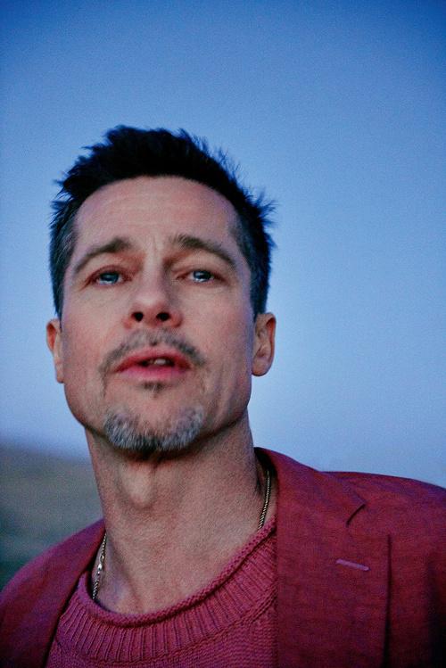Hình ảnh Brad Pitt mặt u buồn, mắt ngấn lệ trải lòng sau khi chia tay Angelina Jolie