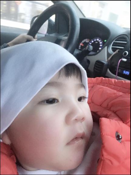 Mới đây, Yến Nhi được mẹ nuôi đưa đến một nơi để điều trị phục hồi.