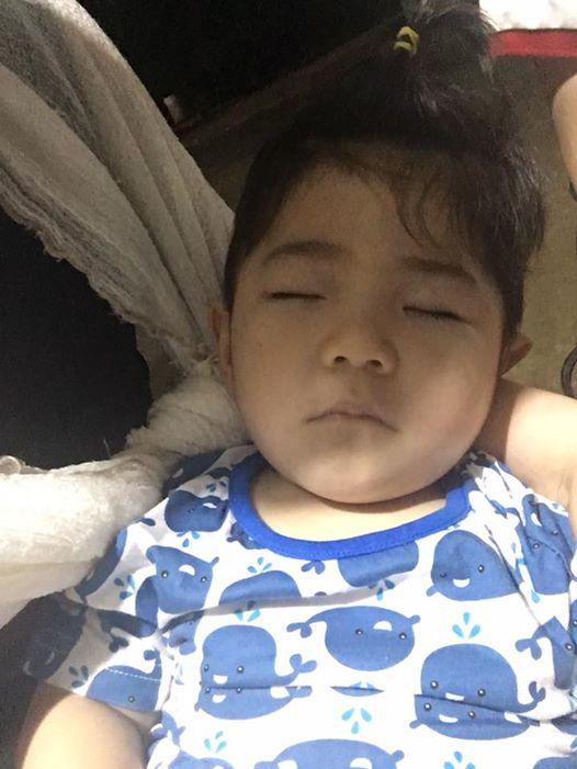 Em bé Lào Cai được chăm sóc, ăn ngủ khá điều độ, có da thịt hơn, khác hẳn 1 năm trước.