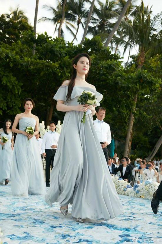 Ngày 6/5, Lưu Diệc Phi dự đám cưới của bạn thân thời đại học - diễn viên Chu Dương, người đẹp cùng 4 cô bạn khác đảm nhận vai trò phù dâu. Một vài hình ảnh của thần tiên tỷ tỷ trong ngày vui này đã được tiết lộ trên Weibo. Rất nhiều khán giả khen ngợi rằng phù dâu Diệc Phi xinh đẹp nổi bật giữa dàn mỹ nữ.
