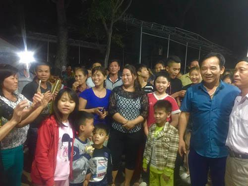 Danh hài Quang Tèo được khán giả vây quanh khi đi diễn hội chợ ở tỉnh.