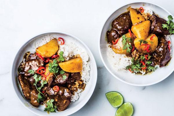 Cơm thịt bò và khoai tây nấu cà ri tưởng khó mà rất dễ
