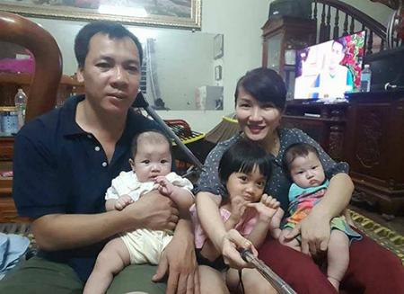 Vợ chồng chị Thúy cùng hai bé sinh đôi 4 tháng tuổi và cô con gái nuôi hơn 3 tuổi. Ảnh: NVCC.