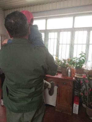 Hình ảnh Minh Minh và người nhà sau khi bi kịch xảy ra. Ảnh: Sina.
