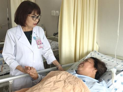 Điều dưỡng Lê Thị Anh Đào chăm sóc cho người bệnh tại khoa Tiết Niệu. Ảnh: Trần Ngoan.