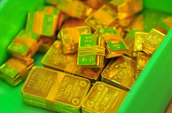 Giá vàng hôm nay: tăng trở lại. Giá vàng thế giới đêm qua đảo chiều tăng nhanh do giới đầu tư bất ngờ đẩy mạnh đầu tư vào vàng sau một loạt các tin xấu đến với thị trường.  Sự suy giảm của các thị trường chứng khoán vào cuối tuần trước và giá dầu tăng mạnh là các yếu tố đầu tiên tác động tới tích cực tới giá vàng. Một đồng USD suy yếu cũng hỗ trợ vàng tăng giá.  Trong phiên đầu tuần, giá dầu thô đã bất ngờ lên sát ngưỡng 50 USD sau khi có thông tin cho thấy Saudi Arabia và Nga đồng ý gia hạn thời gian cắt giảm sản lượng thêm 9 tháng. Dầu và vàng là 2 mặt hàng có quan hệ mật thiết và thường diễn biến cùng chiều.  Vàng tăng giá còn do ảnh hưởng của việc Triều Tiên tiếp tục thử tên lửa.  Sức cầu bắt đáy góp phần giúp vàng tăng mạnh hơn.  Bên cạnh đó, cú tấn công mạng toàn cầu của một nhóm hacker cũng có tác động tiêu cực đáng kể tới thị trường tài chính thế giới và khiến vàng tăng giá.  Phân tích kỹ thuật cho thấy, xu hướng giảm giá ngắn hạn vẫn áp đảo. Ngưỡng kháng cự gần nhất là: 1.241,5 USD/ounce và sau đó là đỉnh cao của tuần: 1.250 USD/ounce. Ngưỡng hỗ trợ gần nhất là thấp hôm qua: 1.226,8 USD/ounce và sau đó là: 1.220 USD/ounce.  Trên thị trường vàng trong nước, trong phiên giao dịch hôm qua, giá vàng trong nước tăng gần 100 ngàn đồng/lượng so với phiên cuối tuần trước.  Chốt phiên 15/5, Tập Đoàn Vàng bạc đá quý DOJI niêm yết giá vàng SJC ở mức: 36,42 triệu đồng/lượng (mua vào) và 36,64 triệu đồng/lượng (bán ra). Công ty vàng bạc đá quý Sài Gòn niêm yết vàng SJC ở mức: 36,48 triệu đồng/lượng (mua vào) và 36,56 triệu đồng/lượng (bán ra).  Theo Doji, thị trường vàng trong nước gần đây diễn biến mờ nhạt của giá vàng tiếp tục chưa xoá đi được sự tĩnh lặng của thị trường kim quý trong nước. Đa số nhà đầu tư tham gia thị trường là nhà đầu tư nhỏ lẻ  Với mức tăng ở phiên trước đảo chiều ở phiên sau chưa tác động căn bản làm thay đổi về giá.  Theo V. Minh  Vietnamnet