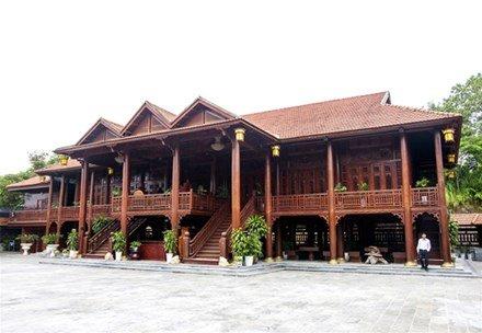 Ngôi nhà trị giá hàng trăm tỷ đồng này được xây dựng từ hơn 500 m3 gỗ lim nguyên khối với tổng diện tích gần 500 m2.