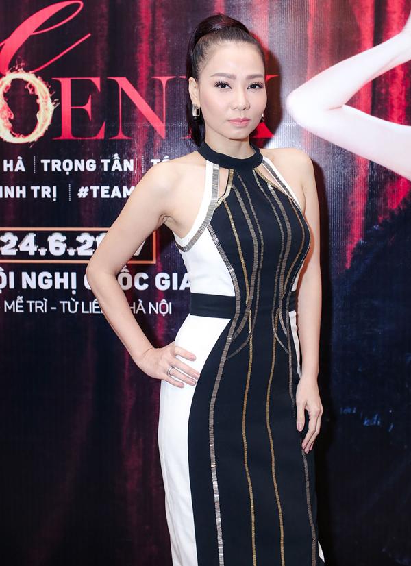 Chiều 16/5, Thu Minh tổ chức buổi họp báo công bố live concert Fire Phoenix - Phượng hoàng lửa 2017 sắp diễn ra tại Hà Nội. Nữ ca sĩ diện váy cổ yếm, khoe vai trần và vóc dáng thon thả.