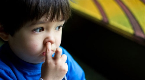 Thông tin khoa học cho rằng ngoáy mũi và ăn gỉ mũi là tốt cho sức khỏe. Hình minh họa