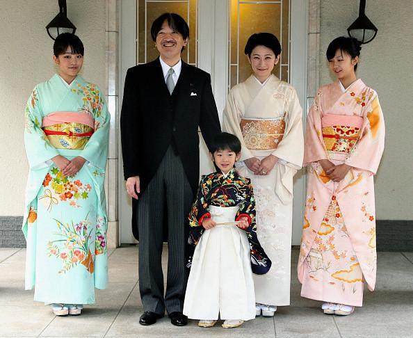 Gia đình Hoàng tử Akishino và Công nương Kiko có 3 người con là Công chúa Mako (ngoài cùng, bên trái), Công chúa Kako (ngoài cùng, bên phải) và Hoàng tử Hisahito. Ảnh: AP.