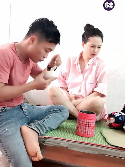Anh Bùi Tùng chăm vợ đẻ trong bệnh viện.