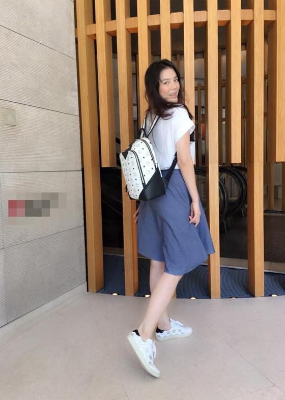 Lý Nhã Kỳ hóa nữ sinh với quần ống rộng, áo phông, ba lô đeo sau. Giày sneaker sẽ không thể thiếu để giúp cô hoàn thiện phong cách năng động.