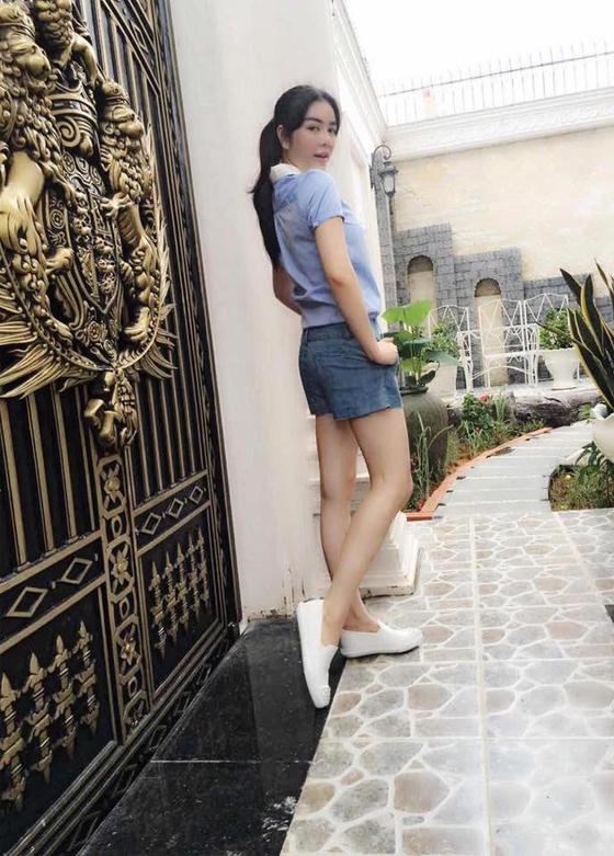 Những ngày ra phố, quần shorts, áo sơ mi và giày sneaker như Lý Nhã Kỳ là combo bạn gái nên học hỏi bởi vừa tiện lợi đi lại, vừa khoe được vóc dáng.