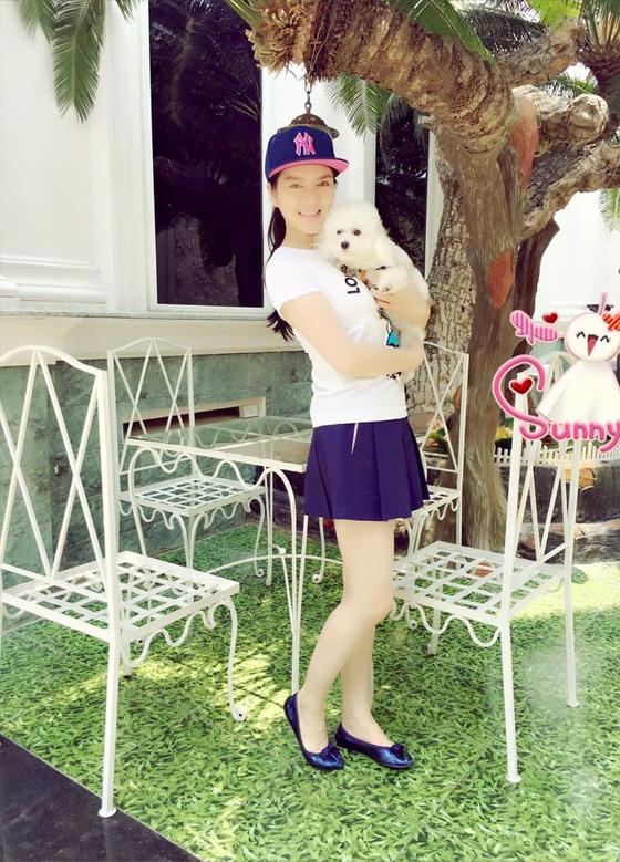 Với váy xòe mini, Lý Nhã Kỳ kết hợp với áo phông, giày búp bê dễ thương.