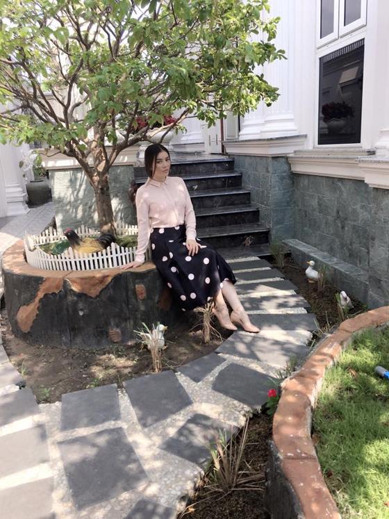 Nếu bạn muốn xây dựng hình ảnh thanh lịch và duyên dáng thì chân váy midi màu đen, chấm bi trắng, áo sơ mi hồng, giày cao gót gam màu đồng điệu với áo là style rất lý tưởng.