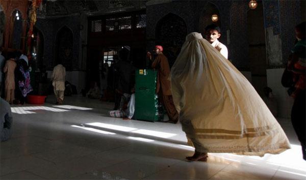 Nạn nhân buộc phải trốn khỏi làng. Ảnh minh họa: Reuters.