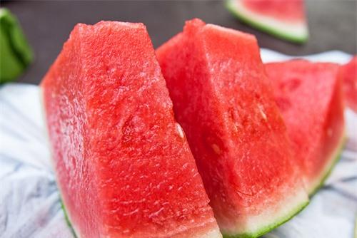 Người đau dạ dày không nên ăn dưa hấu.