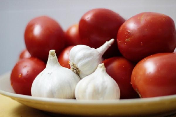 Cà chua, tỏi và chanh là nguyên liệu chính của hỗn hợp.