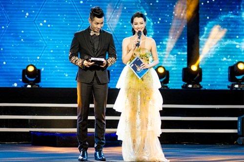 BTV Quỳnh Chi trên sân khấu The Voice 2017.