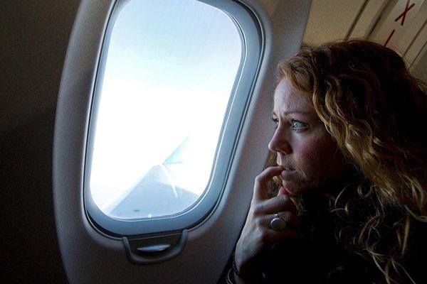 Tại sao khi máy bay cất và hạ cánh ta phải mở màn cửa sổ?. Ảnh minh họa