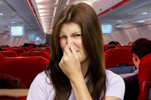 Chú ý với mùi cơ thể nếu không bạn có nguy cơ bị đuổi ra khỏi chuyến bay của mình. Ảnh: mirror.