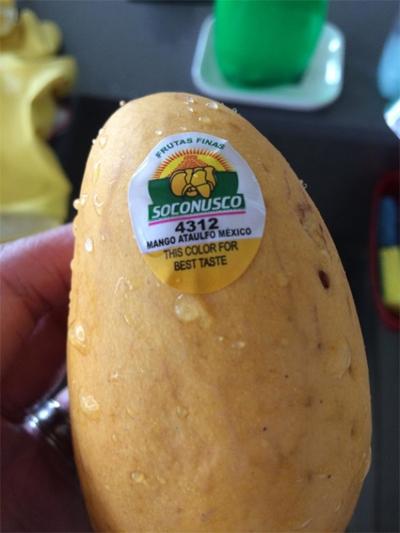 Khi vỏ xoài có màu vàng giống trên nhãn, bạn có thể yên tâm thưởng thức loại quả này đang ở độ ngon nhất.