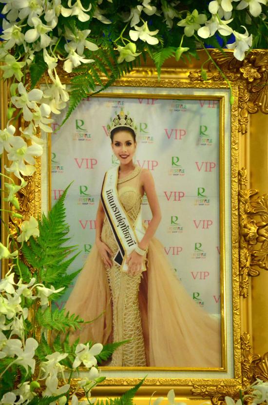 Lễ tang u buồn của Hoa hậu Thái 19 tuổi chết sau 4 ngày đăng quang