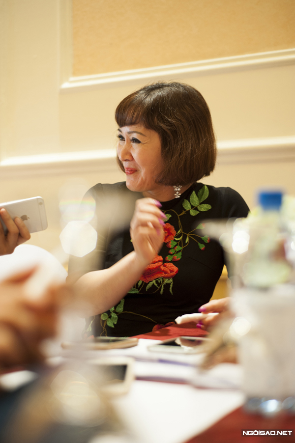 NSND Minh Hòa trong buổi họp báo phim Những kẻ nhiều chuyện.
