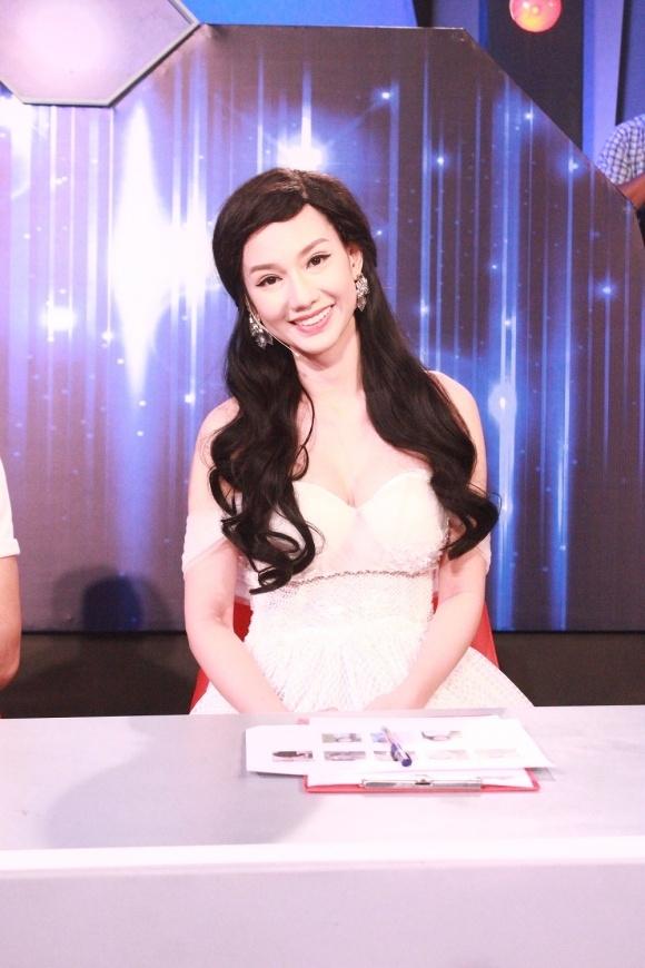 Khuôn mặt MC Quỳnh Chi hiện tại khác lạ khi hai bên không đều nhau.