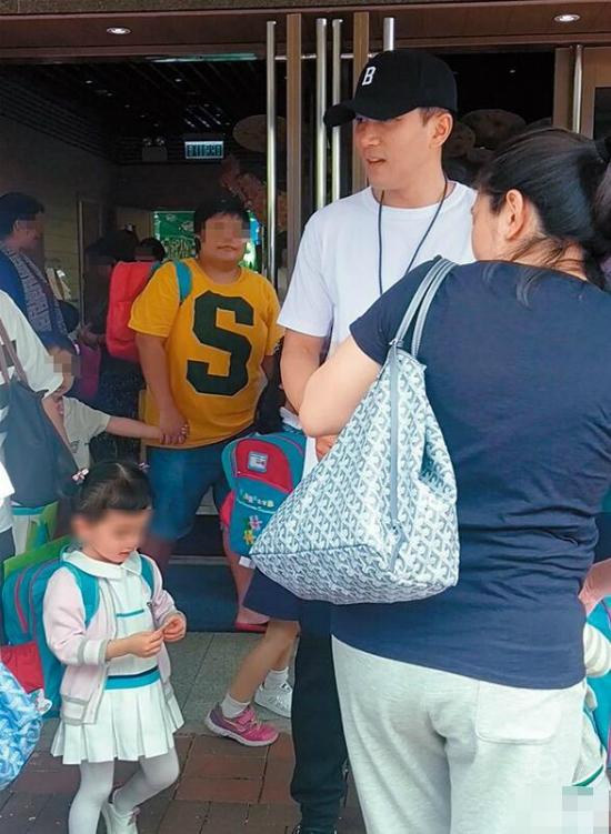 Vừa về Hong Kong, Lưu Khải Uy đã thay bố mẹ đảm nhận công việc đưa con gái tới trường mẫu giáo. Tờ ON ghi lại hình ảnh ngôi sao Hoa ngữ dắt tay Tiểu Gạo Nếp xếp hàng vào lớp, cử chỉ anh dành cho con rất tình cảm, âu yếm.