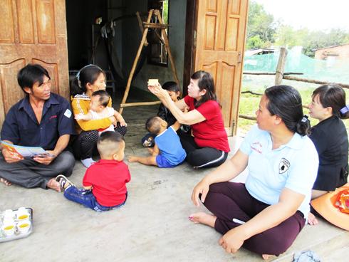 Chị Hiền đang hướng dẫn người dân cách uống thuốc tránh thai tại nhà.
