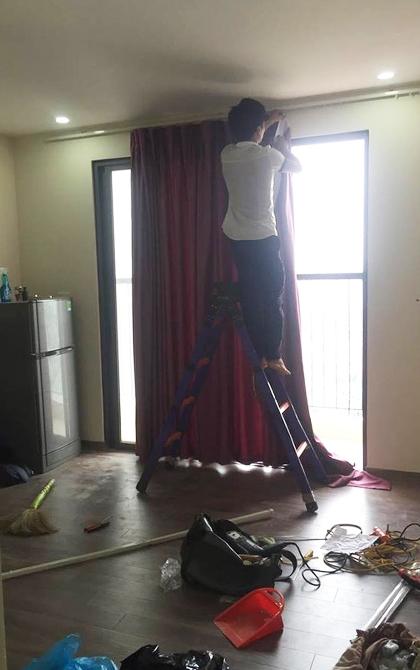 Hình ảnh thợ lắp rèm nhầm nhà anh Quý. Ảnh: NVCC.