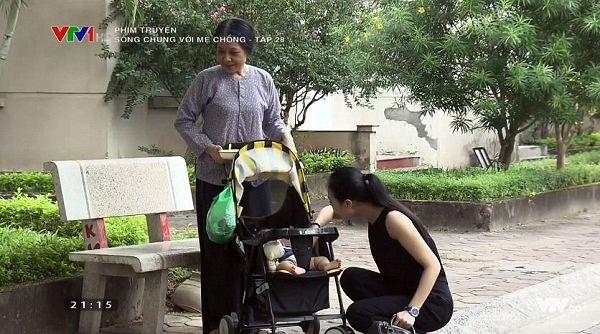 Cô gái lạ mặt xuất hiện, rất yêu quý bé Đậu Phộng - con gái Trang. Cô ta còn mua váy tặng cho em bé.