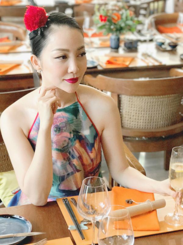 Linh Nga tự tin với nhan sắc ngoài 30 tuổi. Cô trung thành với phong cách thời trang cổ điển, tôn vẻ đẹp mong manh, nữ tính.