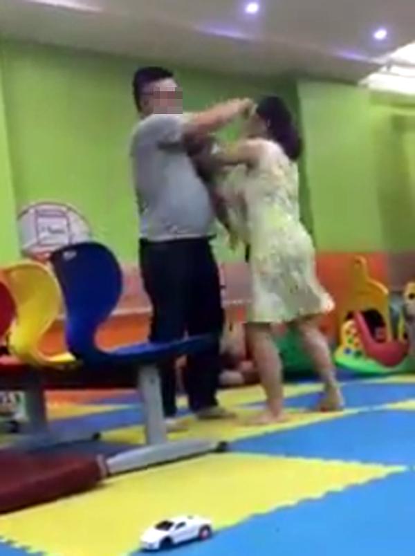 Người vợ giằng con trên tay chồng (ảnh cắt từ video).