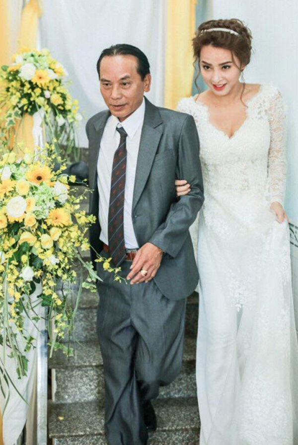 Hải Băng bị lộ chuyện đính hôn khi chia sẻ ảnh mặc áo dài cưới, được bố dắt xuống cầu thang.