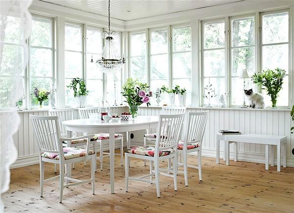 Đặc trưng của phong cách Shabby chic là sử dụng những món đồ cũ như vải vóc, tranh ảnh, bàn ghế nội thất với màu sơn nhạt.