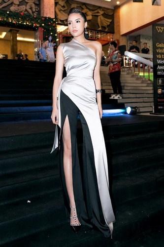 Ở tuổi 21, sở hữu chiều cao 1m76 cùng vóc dáng gợi cảm, đôi chân dài bất tận, mỹ nhân gốc Nam Định nhanh chóng lấn sân sang lĩnh vực người mẫu. Cô đạt được nhiều thành công khi trở thành vedette của nhiều sàn diễn thời trang lớn nhất Việt Nam.