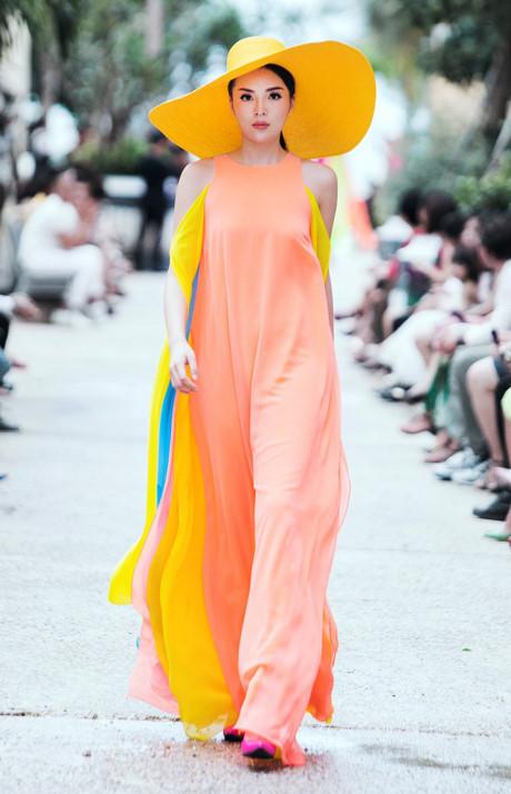 Không chỉ càn quét các sàn diễn thời trang, gu thời trang hàng ngày của Hoa hậu Việt Nam 2014 ngày càng đẳng cấp hơn.
