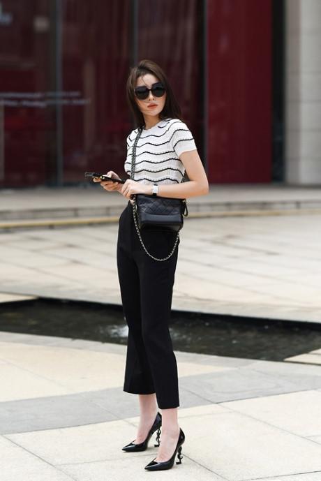 Kỳ Duyên sử dụng áo kẻ đen trắng ôm sát mix cùng quần culottes, đi kèm là túi xách được xem là It Bag trong 2017