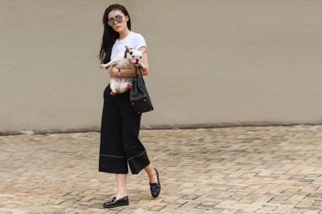 Với 2 tông màu đen - trắng làm chủ đạo, Kỳ Duyên mix áo thun cùng quần culottes đi kèm là phụ kiện như giầy Chanel, túi xách Hermes Birkin, mắt kính Gentle Monster